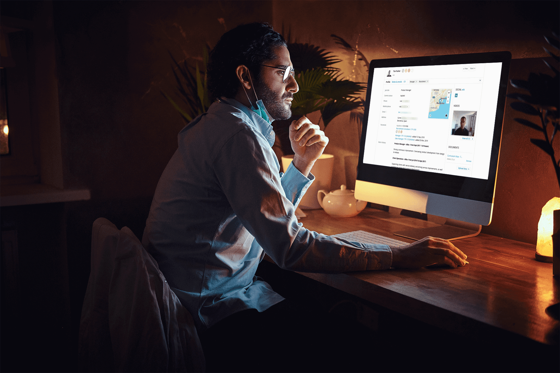 imac-mockup-of-a-man-working-from-home-36942